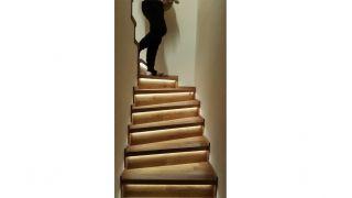 Schodiště v mezonetovém bytu a v řešení se světelným podsvícením